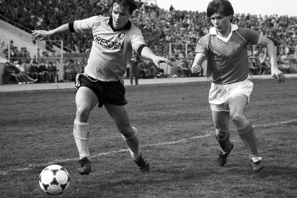 Dariusz Wosz (r) attackiert den ballführenden Dresdner Mittelfeldakteur Jörg Stübner beim 0:0 zwischen Chemie Halle und Dynamo Dresden in der  DDR-Fußball-Oberligasaison 1987/88.