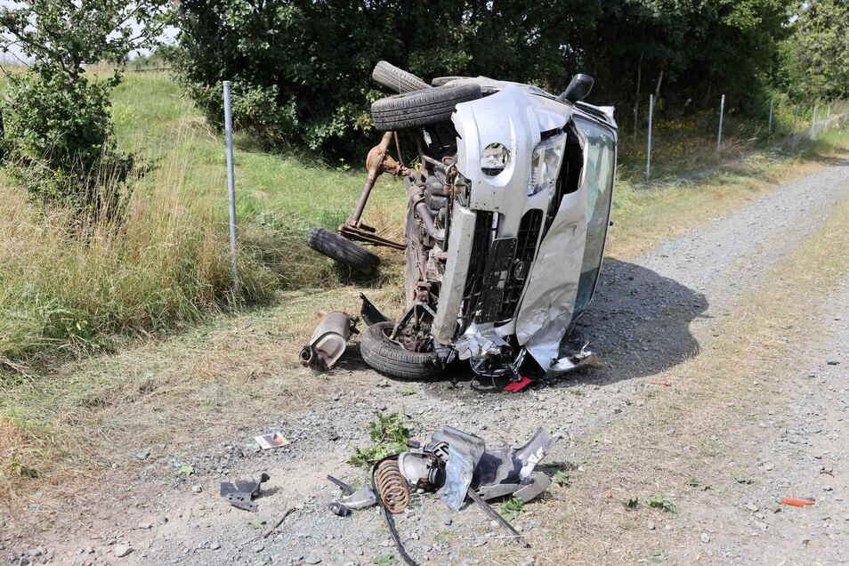 Bei dem Unfall auf der A4 hat sich das Auto mehrfach überschlagen. Der Fahrer wurde schwer verletzt.