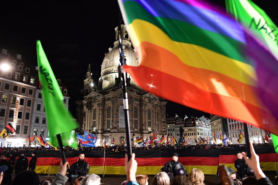 Pegida-Demo und Gegenprotest am Montagabend auf dem Dresdner Neumarkt: Tausende Menschen waren auf den Platz vor die Kirche gekommen, um Björn Höcke zu hören – oder gegen den Auftritt des AfD-Mannes zu demonstrieren.