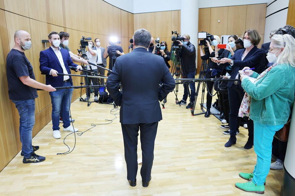 Armin Laschet gibt im Düsseldorfer Landtag ein Statement