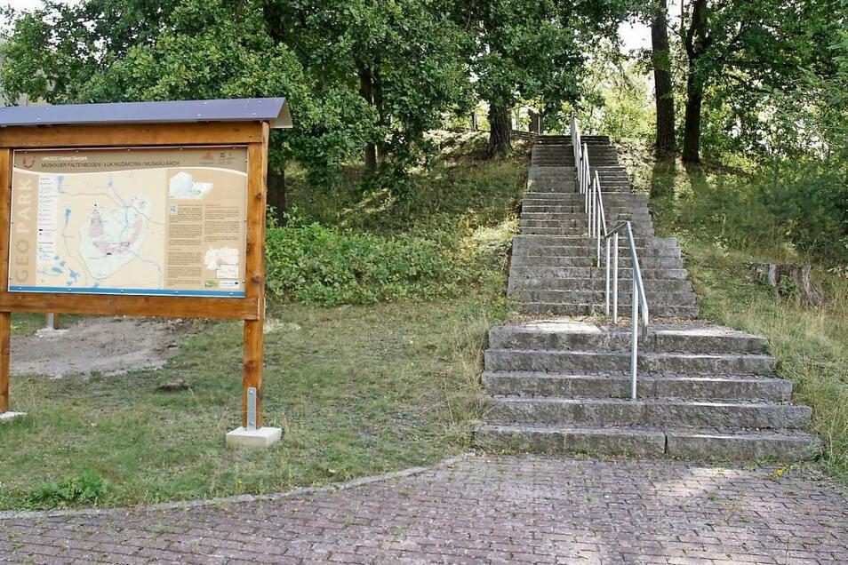 Die sanierten Treppen mit Geländer führen zum Kammweg, der neu wird. Gletscherwelt Krauschwitz