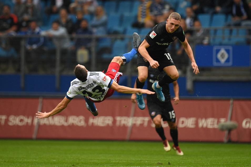 Hoch gesprungen, tief gefallen: Luca Herrmann und Hamburgs Jonas Meffert (l) prallen in der Luft zusammen. Es war ein umkämpftes Spiel.