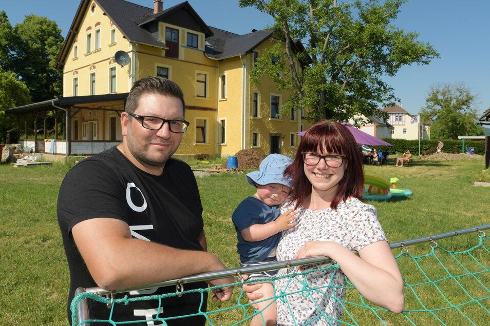 Stefanie und Marcel Fischer mit ihrem jüngsten Sohn Bruno. Die junge Familie lebt seit einigen Monaten im neu entstandenen Familienwohnpark in Großschweidnitz und fühlt sich dort sehr wohl.
