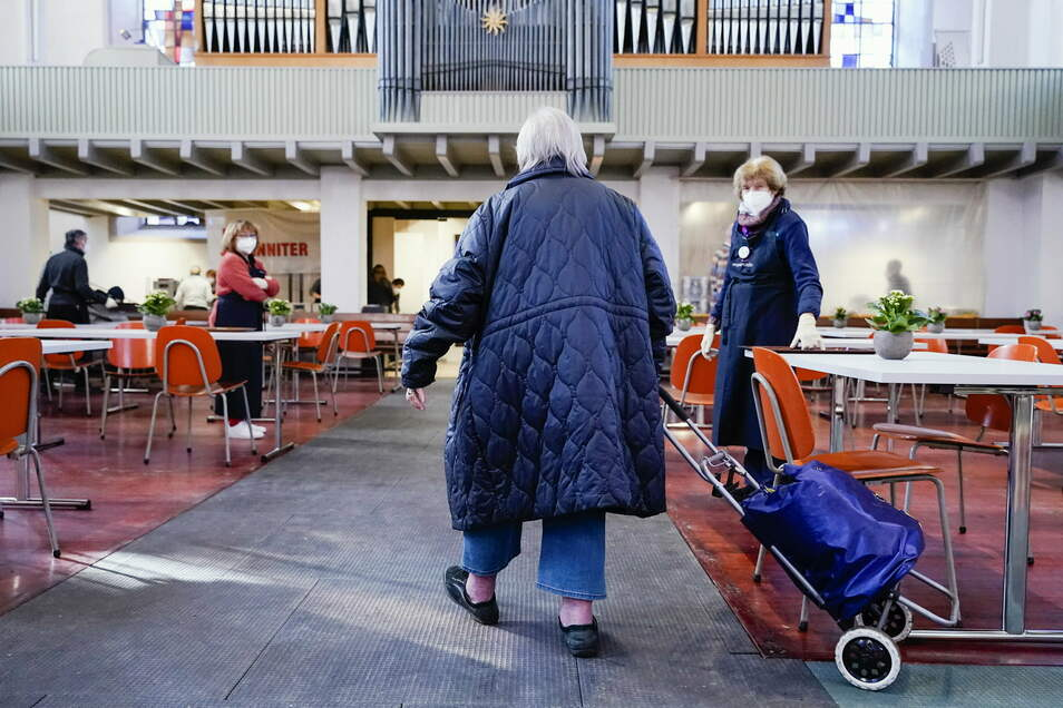 """Kein Treff ohne Maske: Das gilt auch in Riesas Partnerstadt Mannheim, wo am 11. Januar in der """"Citykirche Konkordien"""" eine Essensausgabe für Bedürftige begonnen hat."""