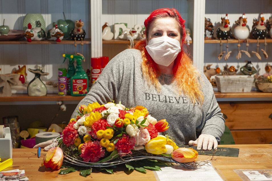 Frühlingsstimmung geht anders: Jana Rennert-Vetter mit Mundschutz und Handschuhen in ihrem Laden.