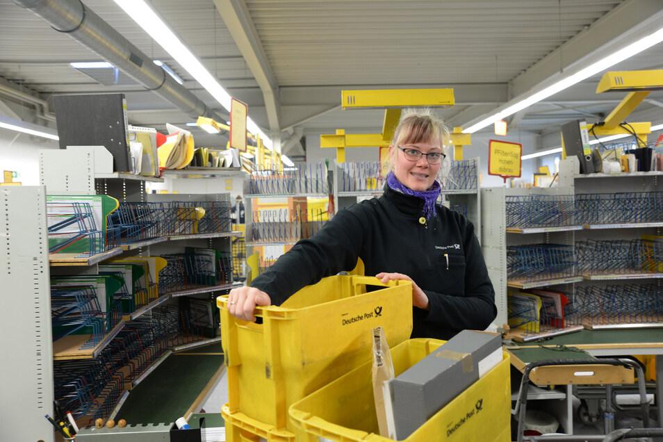 Susanne Slomian ist Postzustellerin bei der Deutschen Post. Sie verteilt die Postsendungen  vom Zustellstützpunkt Niesky aus. Ihr Arbeitstag beginnt mit dem Sortieren entsprechend ihrer Tour.