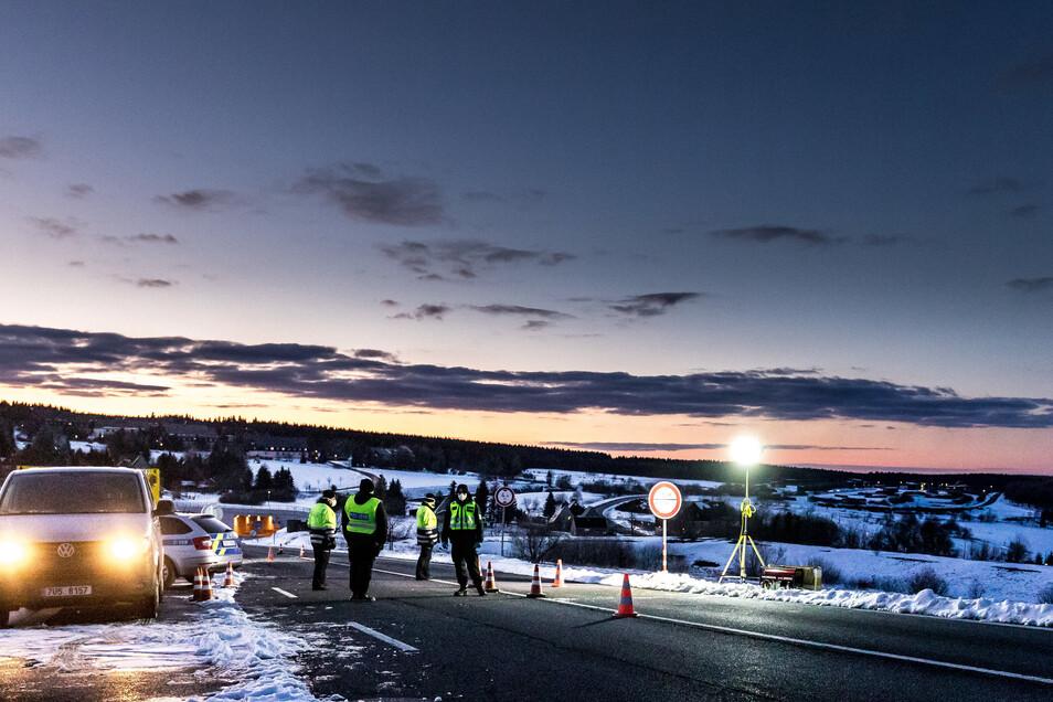 Polizisten bewachen den Grenzübergang Cinovec im Erzgebirge. Zwei Wanderer aus Dresden wurden am Dienstag in Rechenberg-Bienenmühle gestoppt. Sie hatten mit ihrem Ausflug gegen die Allgemeinverfügung verstoßen.