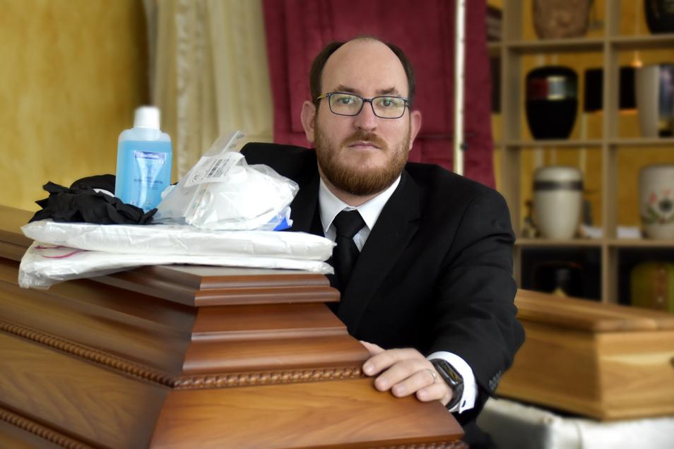 Benjamin Wolf vom Bestattungsunternehmen Muschter in Ottendorf-Okrilla hofft, dass seine Berufsgruppe als systemrelevant eingestuft wird.