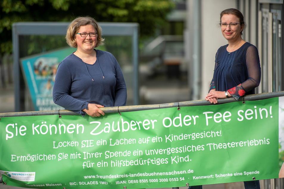 Mit einem Banner werben die Vorsitzende und stellvertretende Vorsitzende vom Freundeskreis der Landesbühnen Sachsen, Caroline Mirisch (l.) und Barbara Weidlich, am Stammhaus in Radebeul für das jüngste Projekt des Vereins.