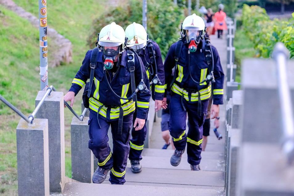Kameraden der Radebeuler Feuerwehr erklimmen in kompletter Einsatzkleidung und mit Atemschutzgeräten die Spitzhaustreppe. Dieses Training dient einem überlebenswichtigen Gefühl.