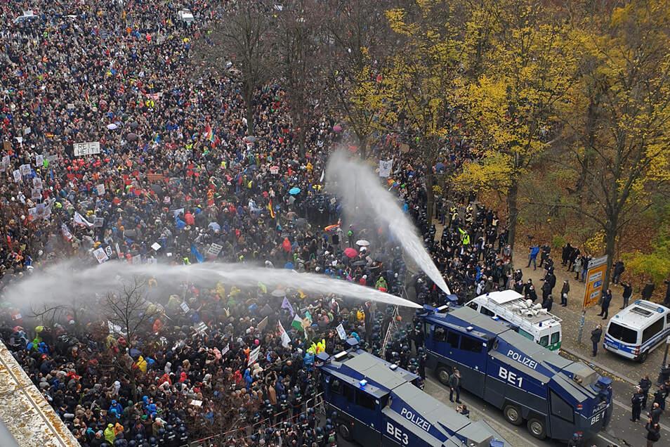 Die Polizei setzt bei einer Demonstration gegen die Corona-Einschränkungen der Bundesregierung am 18. November 2020 am Brandenburger Tor unweit des Reichstagsgebäudes Wasserwerfer ein.