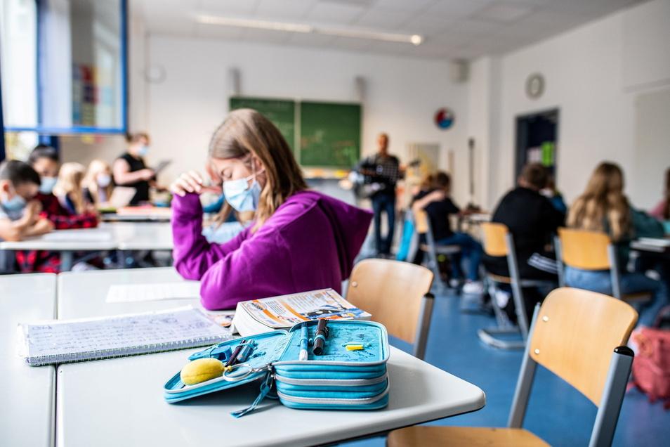 Die Maske gehört, genauso wie die regelmäßigen Tests, ab Montag auch wieder zum Alltag für Schüler in Sachsen.