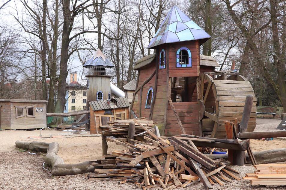 Spielplatzbauer Björn Enders aus Görlitz hat bei der Mühle auf dem Stadtpark-Spielplatz sämtliche Fußböden, Innenwände und Konstruktionshölzer getauscht. Wegen der Corona-Krise ist der Spielplatz derzeit aber noch gesperrt.