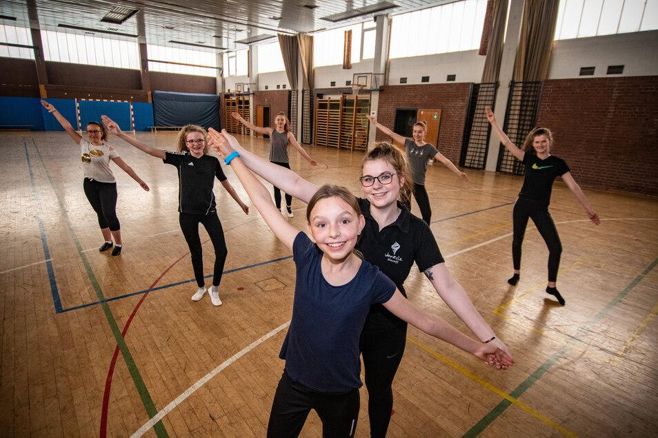 """Die ersten Tänzer der Döbelner Dance Company haben wieder mit dem Training begonnen. Trainerin Lisa Niepel übt mit Karola (vorn) und einem Teil der Gruppe """"Haltlos"""" vor allem Grundelemente und Fitness."""