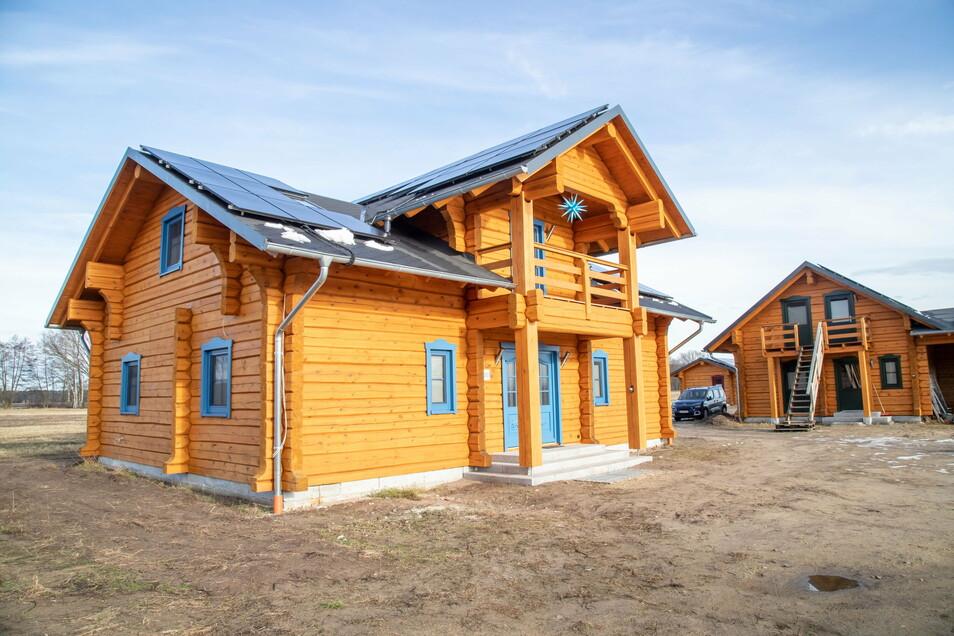 Das größte Blockhaus ist das Fischerhaus. Es beherbergt drei Ferienzimmer im Dachgeschoss, den Gemeinschaftsraum mit offener Küche und die Rezeption. Das Außengelände soll im Frühjahr gestaltet und bepflanzt werden.