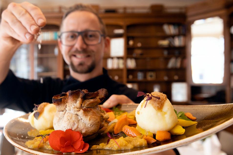 Elf Gaststätten in Bautzen beteiligen sich an den Senfwochen, die am 4.  August starten. Darunter ist auch das Restaurant Wolfgang's. Letztes Jahr servierte Koch Sebastian Mros dort zum Beispiel geschmortes Senfsäckel vom Schwein.