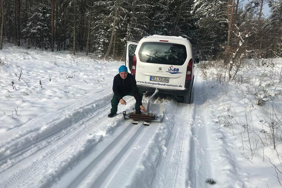Rolf Baum vom SV Elbland Coswig-Meißen mit einem Spurgerät. Der viele Schneefall im Februar 2021 macht es möglich, 30 Kilometer Loipen zwischen Coswig und Moritzburg zu spuren.