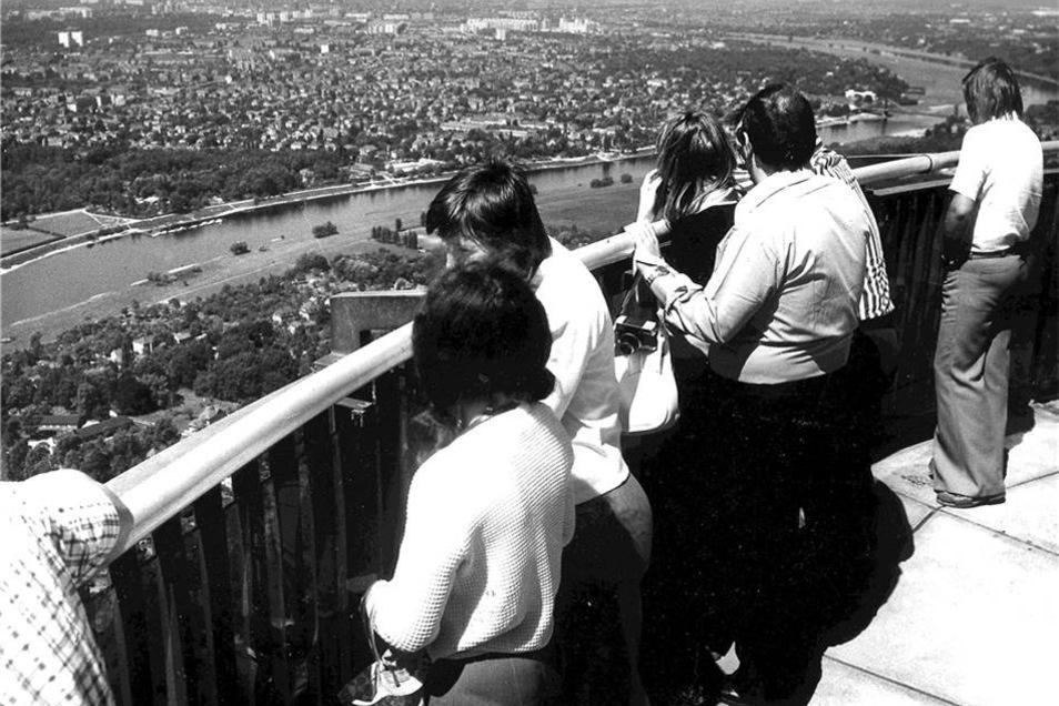Besucher-Blicke in chicen Schlaghosen vom Fernsehturm auf Dresden.