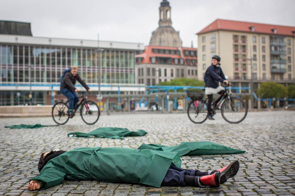 Pflegekräfte haben am Mittwochnachmittag auf dem Altmarkt einen sogenannten Sleep-in veranstaltet.
