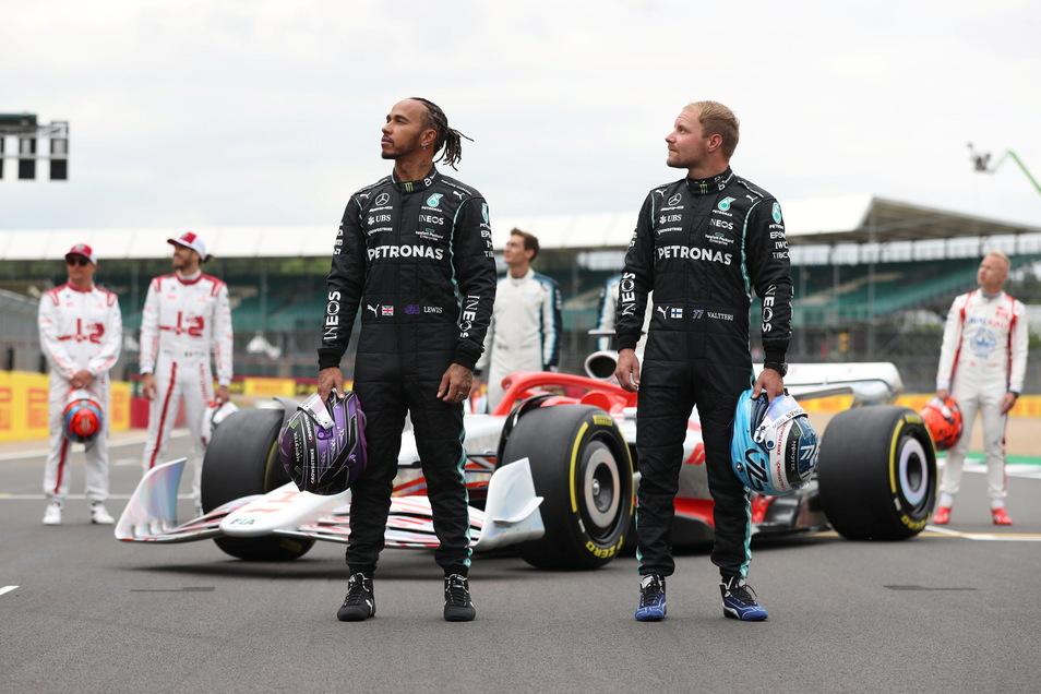 Vor dem Großen Preis von England präsentierten der Fiinne Valtteri Bottas (vorne, r) und sein Mercedes-Teamkollege Lewis Hamilton ihr Formel-1-Autos für das nächste Jahr.