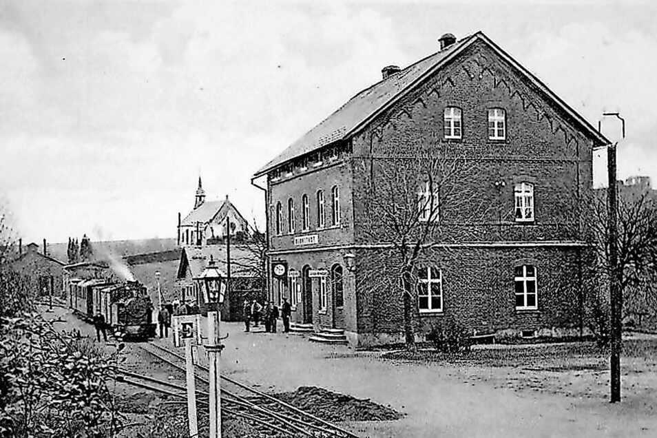 Der Bahnhof Bernstadt auf einer historischen Ansichtskarte. Im Hintergrund (Mitte) ist die Friedhofskapelle der Stadt zu erkennen. In Bernstadt befand sich mit 235 Metern Höhenlage der tiefste Punkt der Strecke.