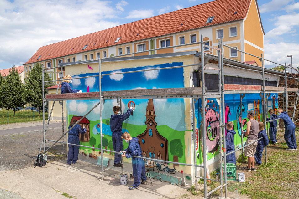 Das Kinder- und Familienzentrum organisierte ein Graffiti-Camp. Dabei verzierten die Kinder zwei Hauswände am ehemaligen Moryteich, die von der GWG zur Verfügung gestellt wurden.