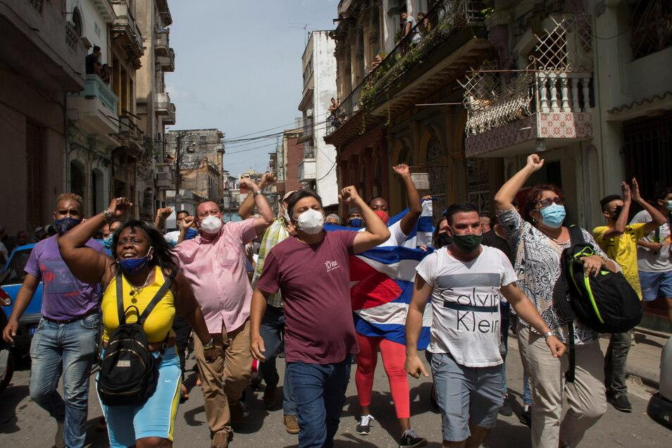 Kuba, Havanna: Hunderte von Demonstranten sind am Sonntag in mehreren Städten Kubas auf die Straße gegangen, um gegen die anhaltende Lebensmittelknappheit und die hohen Preise für Lebensmittel zu protestieren.