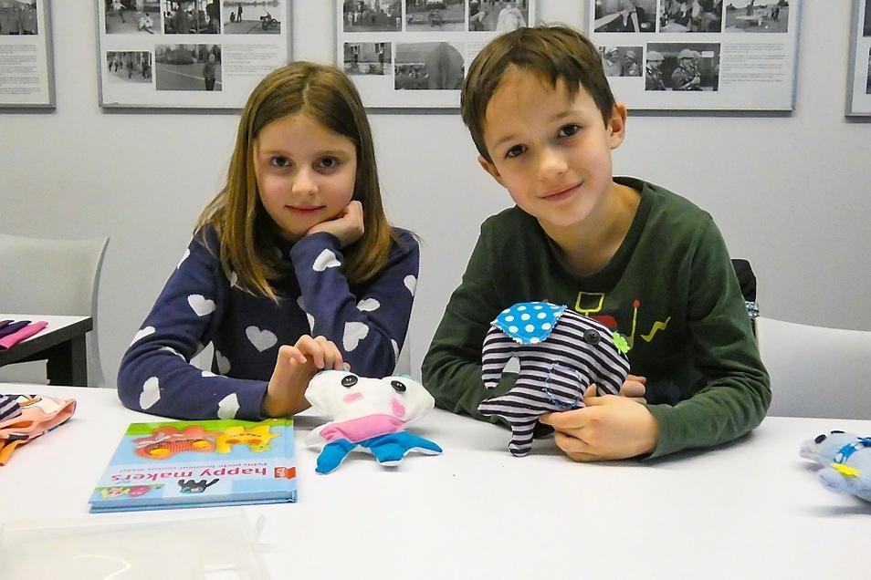 Zwei der Teilnehmer des Upcycling-Kurses mit ihren selbstkreierten und -gefertigten Kuscheltieren.