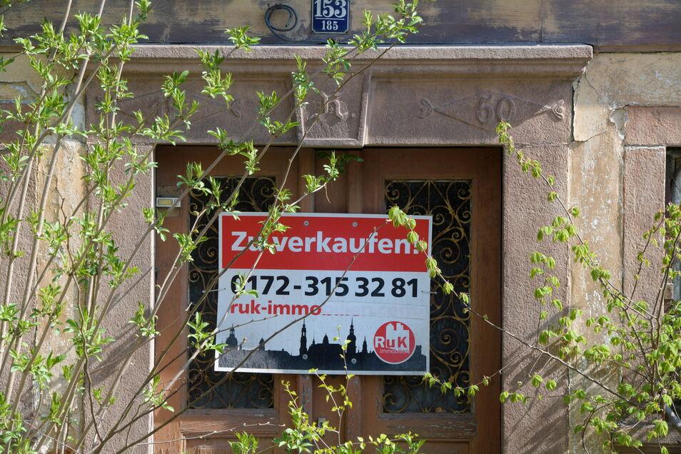1850 steht auf dem Türstock des Umgebindehauses an der Hauptstraße in Ebersbach. Die Eingangstür des leerstehenden Umgebindehauses ist schon fast mit Wildwuchs zugewachsen.