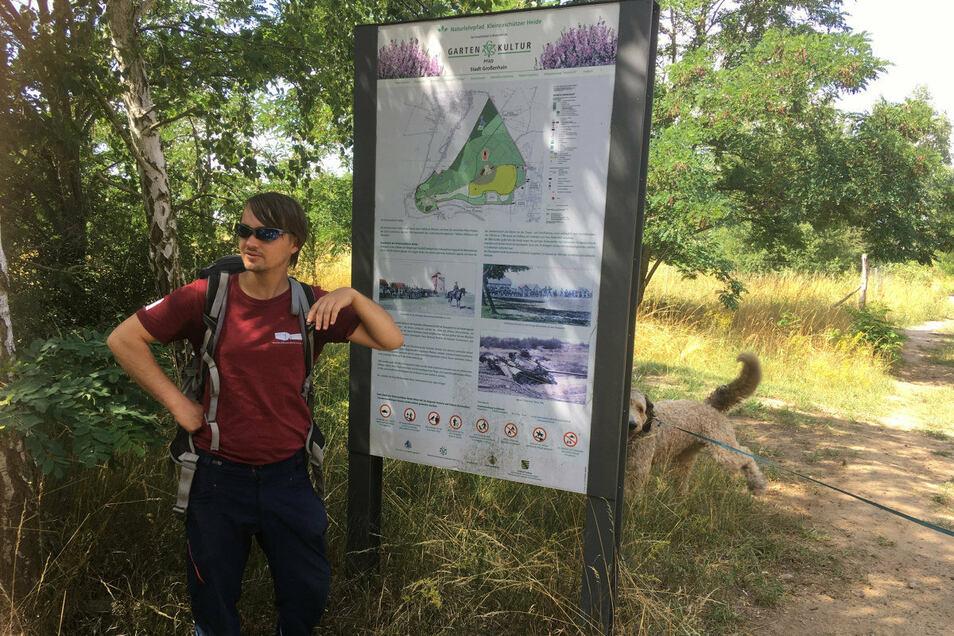 Ranger Robert Wilhelm erklärt die Hinweistafel zum Gartenkulturpfad.