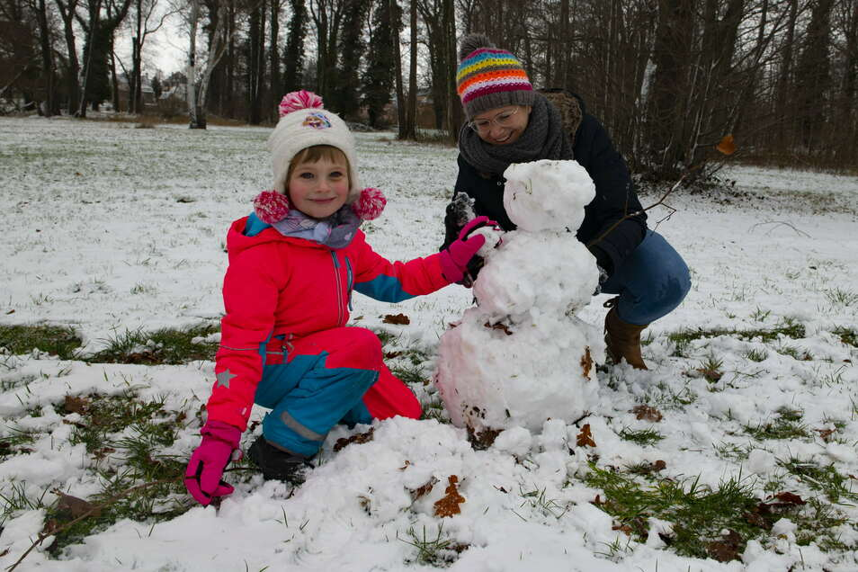 Nicole Arnold mit Inga (4) bauen Schneemann Olaf.