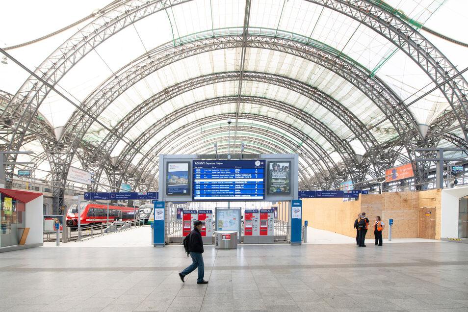Leere in der Corona-Krise: Mittelhalle des Dresdner Hauptbahnhofs