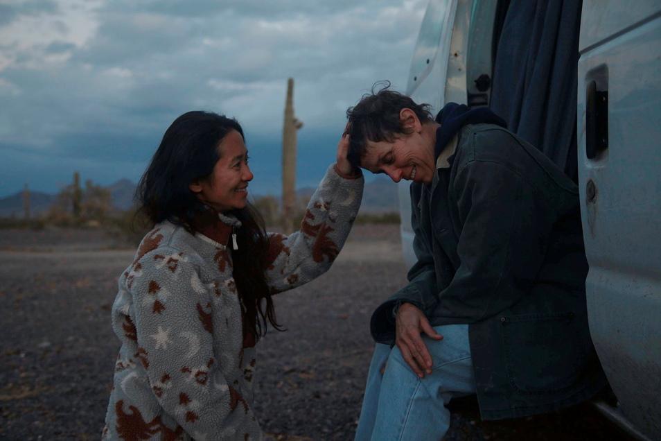 """Zwei, die gut miteinander konnten und können: Regisseurin Chloé Zhao und ihre Hauptdarstellerin Frances McDormand bei einer Drehpause am Set von """"Nomadland""""."""
