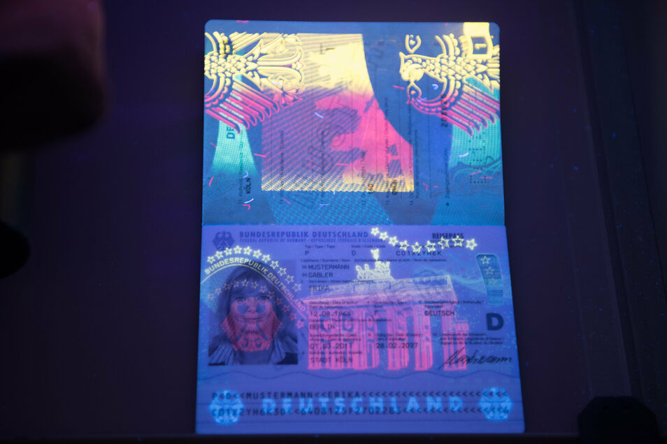 Die Sicherheitszeichen eines Passes macht erst die Technik sichtbar.