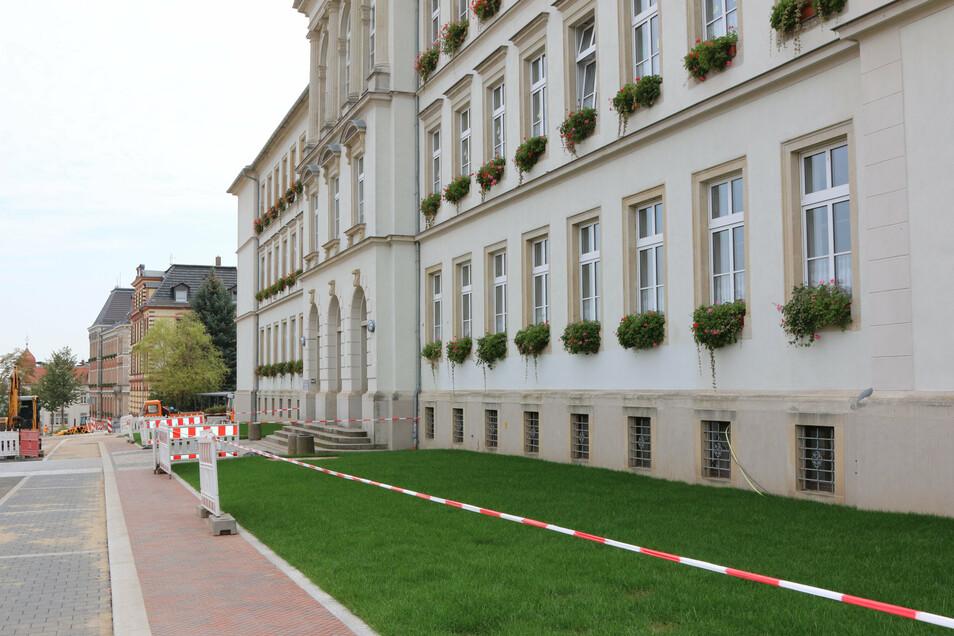 Vorm Grundschulgebäude am Lindenplatz ist Rollrasen ausgelegt worden. Obwohl der erst anwachsen muss, lassen Hundehalter ihre Tiere dort scharren. Den Anwohnern missfällt das.