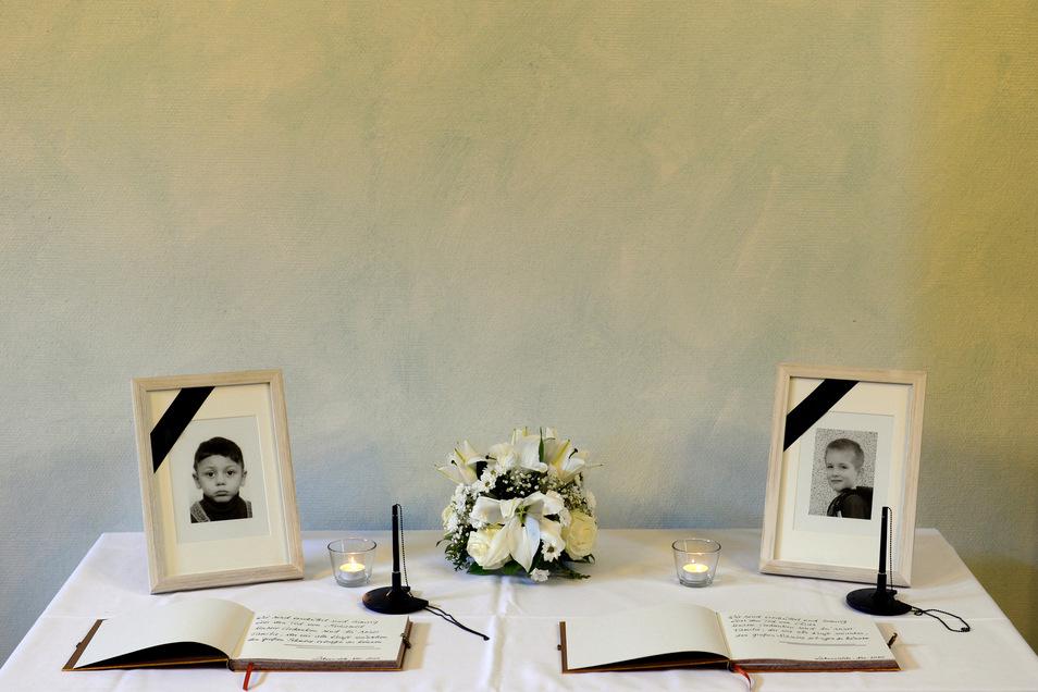 Kondolenzbücher für die ermordeten Kinder Mohamed (l.) undElias (r.) liegen am 04.11.2015 im Rathaus Luckenwalde.