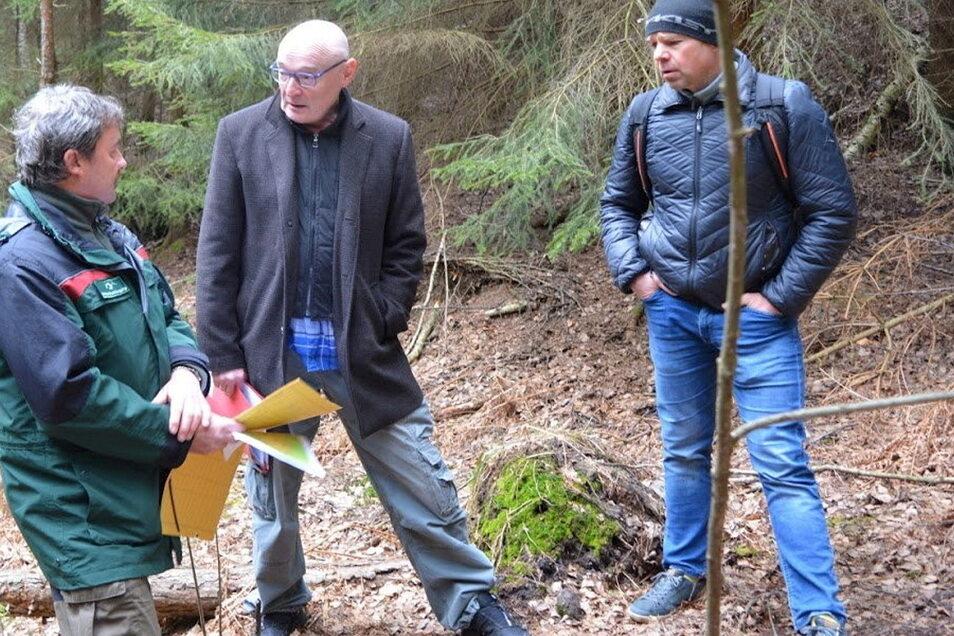 Vororttermin im Wald bei Gohrisch: Augenzeuge Lutz Winkler, Richter Jürgen Uhlig und Rechtsanwalt Dr. Albrecht Dietze (v.l.)