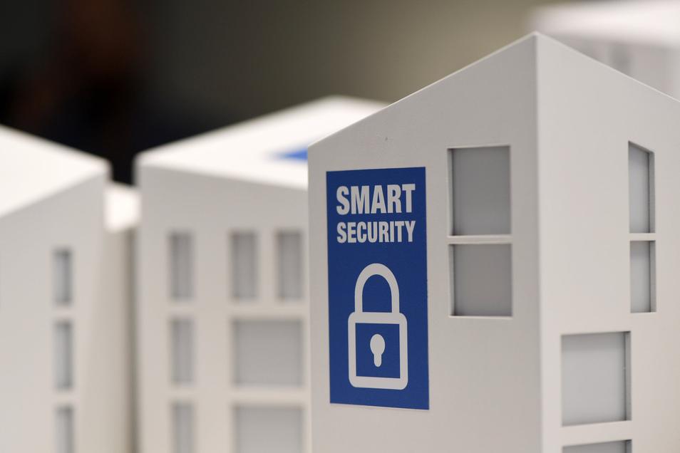 Damit das Smart Home auch sicher ist, sollten die voreingestellten Passwörter bei Inbetriebnahme neuer Geräte geändert werden. Am besten werden die Smart-Home-Geräte auch an ein separates WLAN angeschlossen.