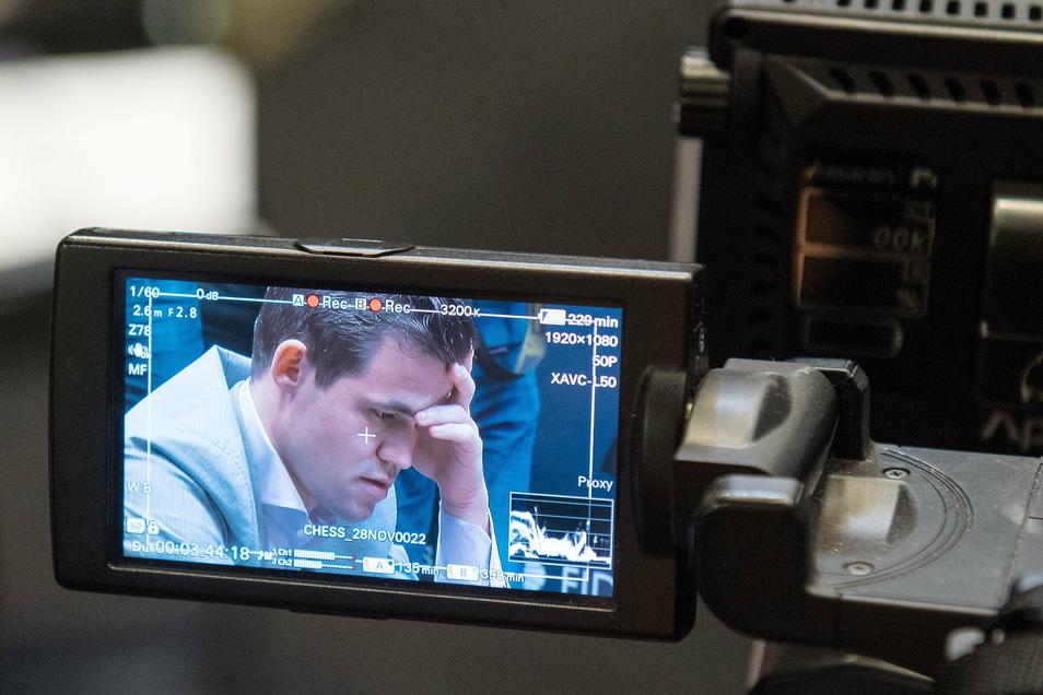 Schachweltmeister Magnus Carlsen würde gern gegen Beth Harmon spielen. Doch das geht nicht.