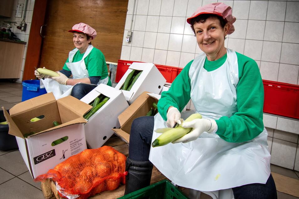 """Angela Leiche (links) und Verena Wundrak """"schnippeln"""" den ganzen Tag Gurken. Die gute Laune vergeht ihnen dabei nicht."""