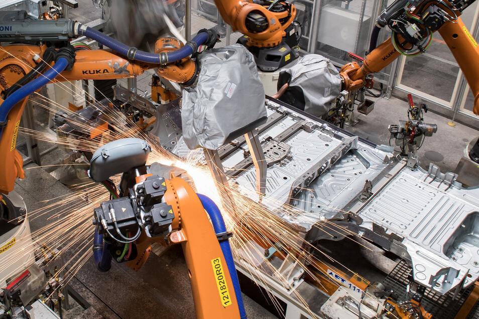 Die Maschinen bei VW in Zwickau laufen wieder. Hier entsteht die Bodengruppe des ID.3 im Karosseriebau.