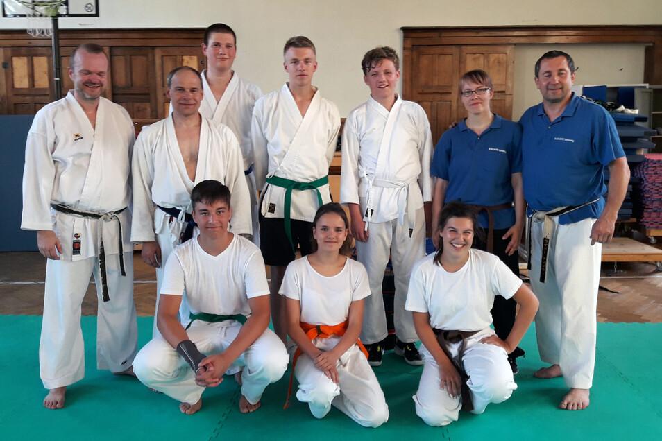 Der Bünder Karatetrainer Alexander Kröger (links) weilte kürzlich in der Partnerstadt und nahm an einem Training des SV Leisnig 90 teil, das Michael Hanke (2. von links) und Vereinsvorsitzender Rainer Künstler (rechts) leiteten.