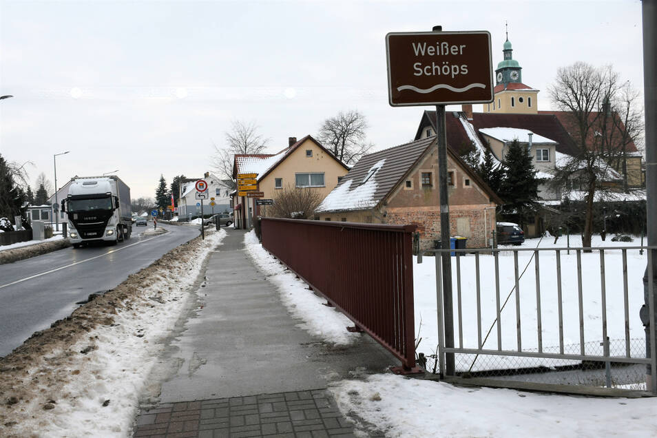 An dieser Schöpsbrücke in Rietschen soll 2021 gebaut werden. Im Rücken des Fotografen befindet sich der Bahnübergang, geradeaus führt die Straße in Richtung Niesky.