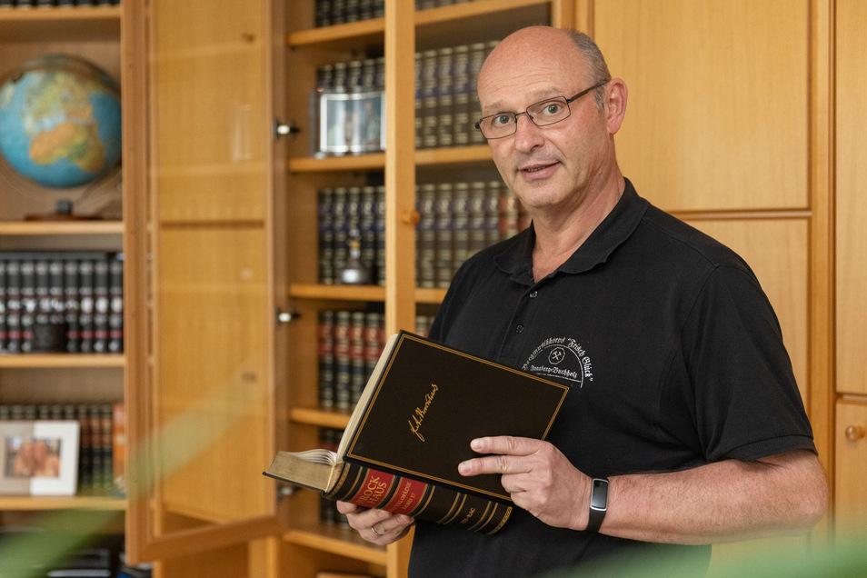 Ulli Mann aus dem Erzgebirge und seine Brockhaus-Enzyklopädie, die er vor Jahren erworben hat.