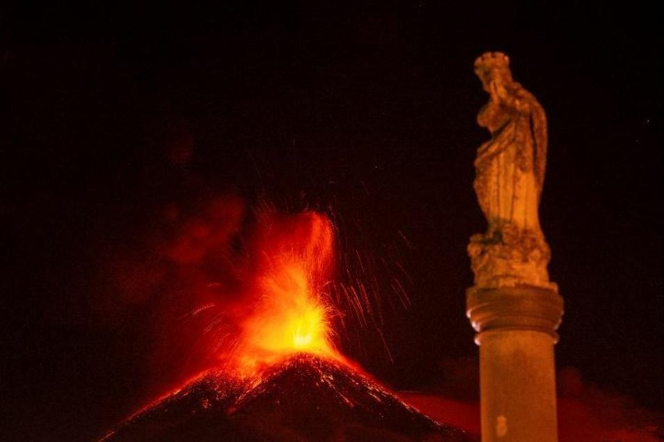 Der Ätna, der aktivste Vulkan Europas,  bricht seit Mitte Februar kontinuierlich aus und stößt dabei Rauch, Asche und Fontänen rotglühender Lava aus.  Das Bild ist vom März.