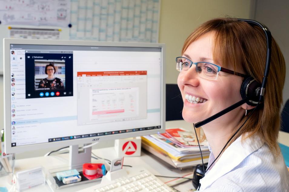 Die Bautzener Arbeitsagentur setzt verstärkt auf digitale Beratungsangebote. Zum Beispiel um Langzeitarbeitslose trotz Corona zu qualifizieren, erklärt Pressesprecherin Corina Franke, die fürs Foto mal an so einem Arbeitsplatz sitzt.