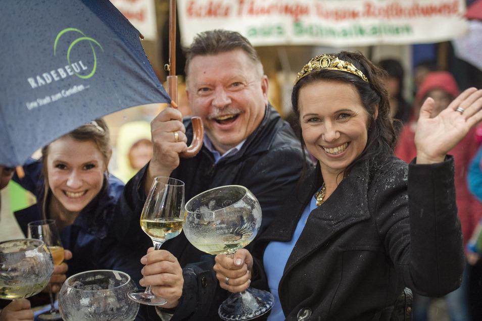 Weinkönigin Katja Böhme, Oberbürgermeister Bert Wendsche und Weinprinzessin Ann-Kathrin Schatzl (v.l.) waren trotz Regenwetters bester Laune.