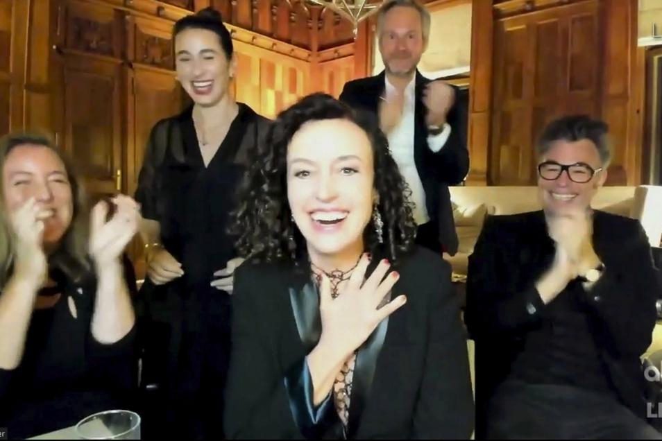 Die deutsche Regisseurin Maria Schrader (M) erfährt während der Übertragung der Emmy Awards, dass sie den Preis für die beste Regie in einer Miniserie erhält. Schrader bekam die Auszeichnung für die vierteilige Serie «Unorthodox» beim Streaminganb