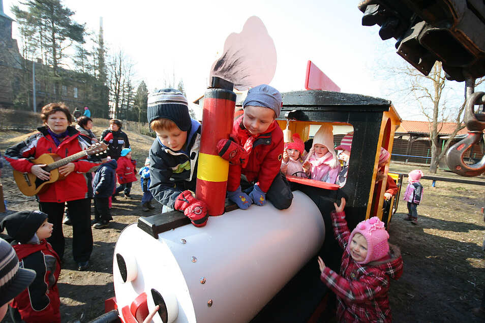 """Nach einem Dankeschön-Ständchen für die """"fleißigen Handwerker"""" stürmten die begeisterten Kinder auf dem Spielplatz der Awo-Kita """"Kinderland"""" in Bernsdorf die instandgesetzte Lokomotive samt Waggon – so geschehen im März 2011."""