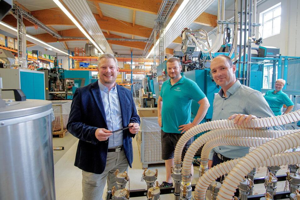 Am Standort in Bautzen lässt Innoperform-Geschäftsführer Achim Kockler eigene Spritzgussprodukte zur Fensterbelüftung fertigen. Dabei helfen die beiden technischen Leiter Stefan Neumann und Martin Schulze (v. l.).
